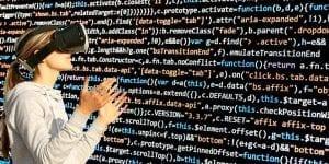 VR Anwednung Virtuelle Welt Frau mit VR-Brille und Code